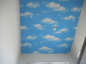 子供部屋の天井のクロスが、青空をイメージできて気に入ってます。